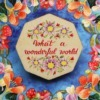 brosa cu flori si mesaj pozitiv
