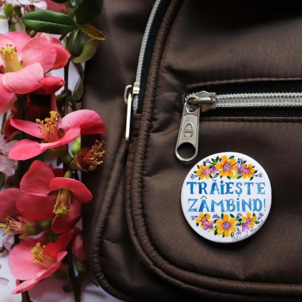insigna cu flori si mesaj